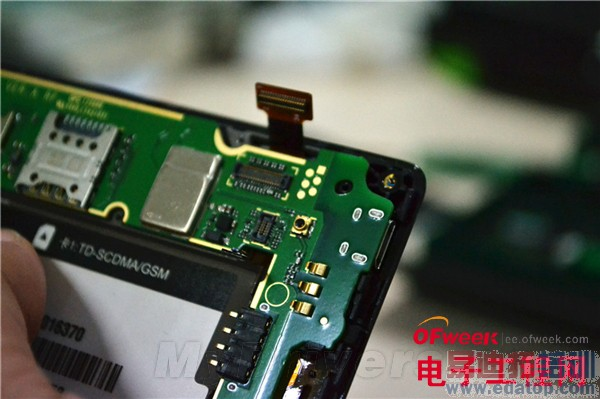 看过了荣耀3C的使用体验、评测之后,大家肯定还特想知道该机的做工,现在已经有媒体对它进行了拆解,到底做工如何呢?   荣耀3C之所以受到如此多用户的关注,主要是还是其超高的性价比。售价798元的它配备了5寸720p屏幕(全贴合、LTPS低温多晶硅技术),搭载1.3GHz MT6582四核处理器和1GB RAM/4GB存储空间(有2GB版本+8GB存储空间,都可扩展),支持双卡双待功能。   此外,该机还运行了基于Android 4.